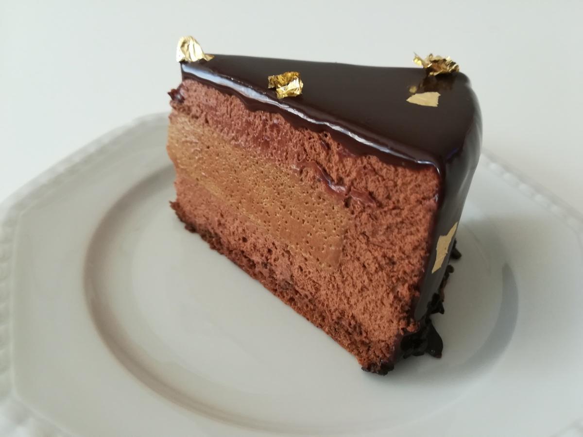 Torta moderna con mousse leggera al cioccolato fondente e cremoso al caffè