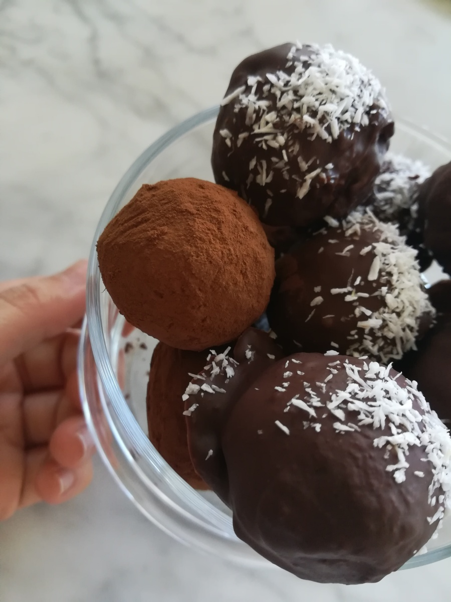 Tartufi vegani al cioccolato fondente, cocco e avocado